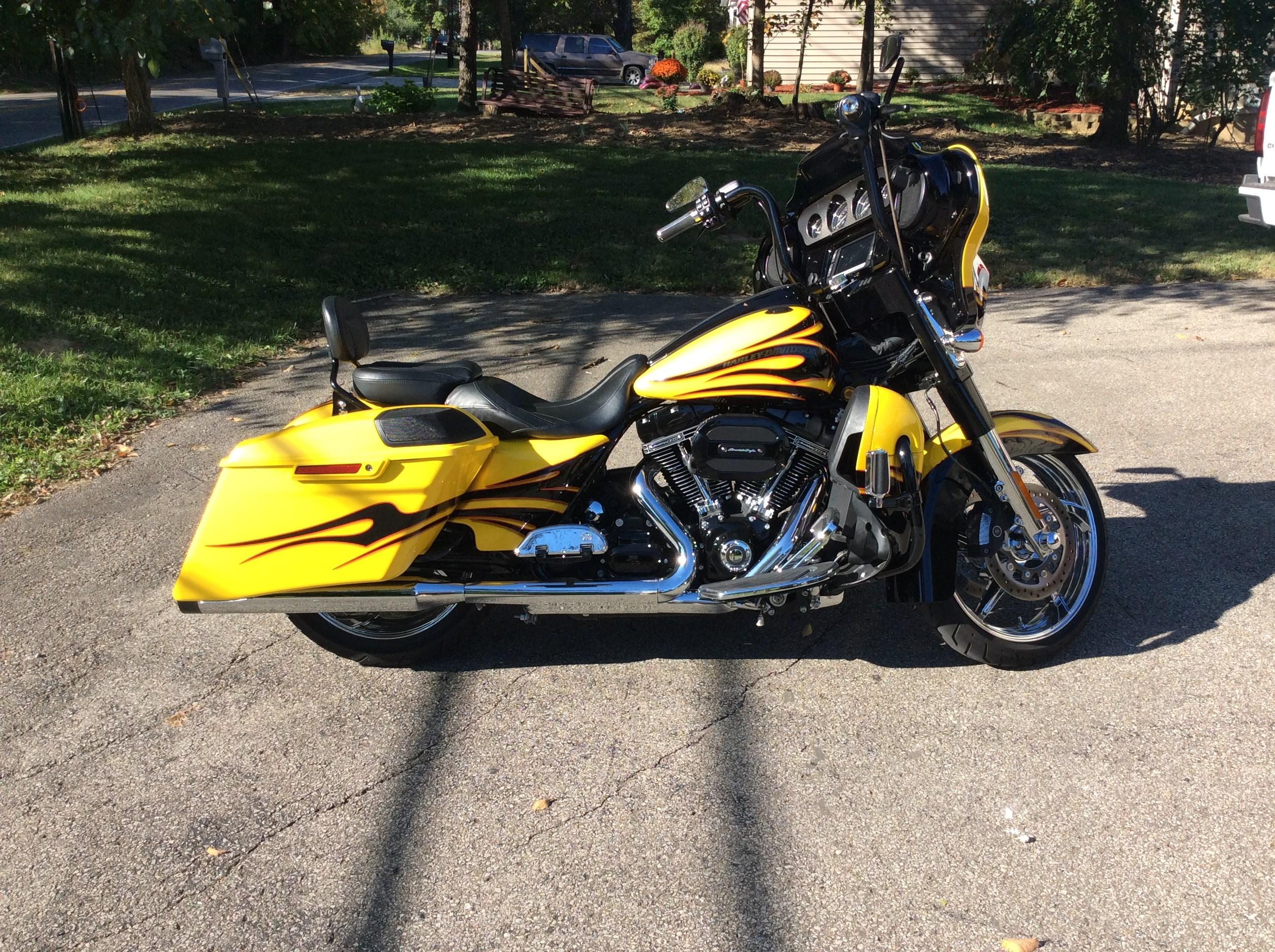 2015 harley davidson flhxse cvo street glide scorching yellow batavia ohio 674439. Black Bedroom Furniture Sets. Home Design Ideas