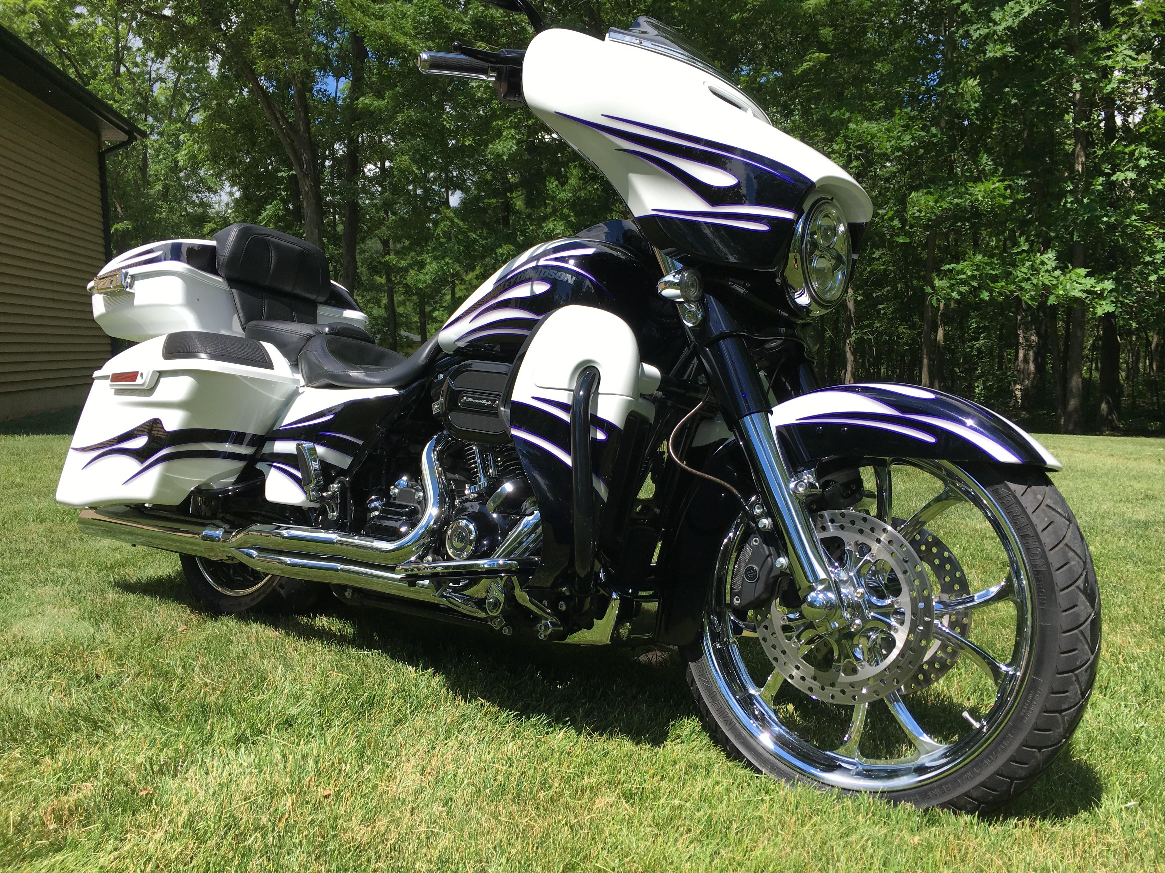 2016 Harley-Davidson® FLHXSE CVO™ Street Glide® (White ...