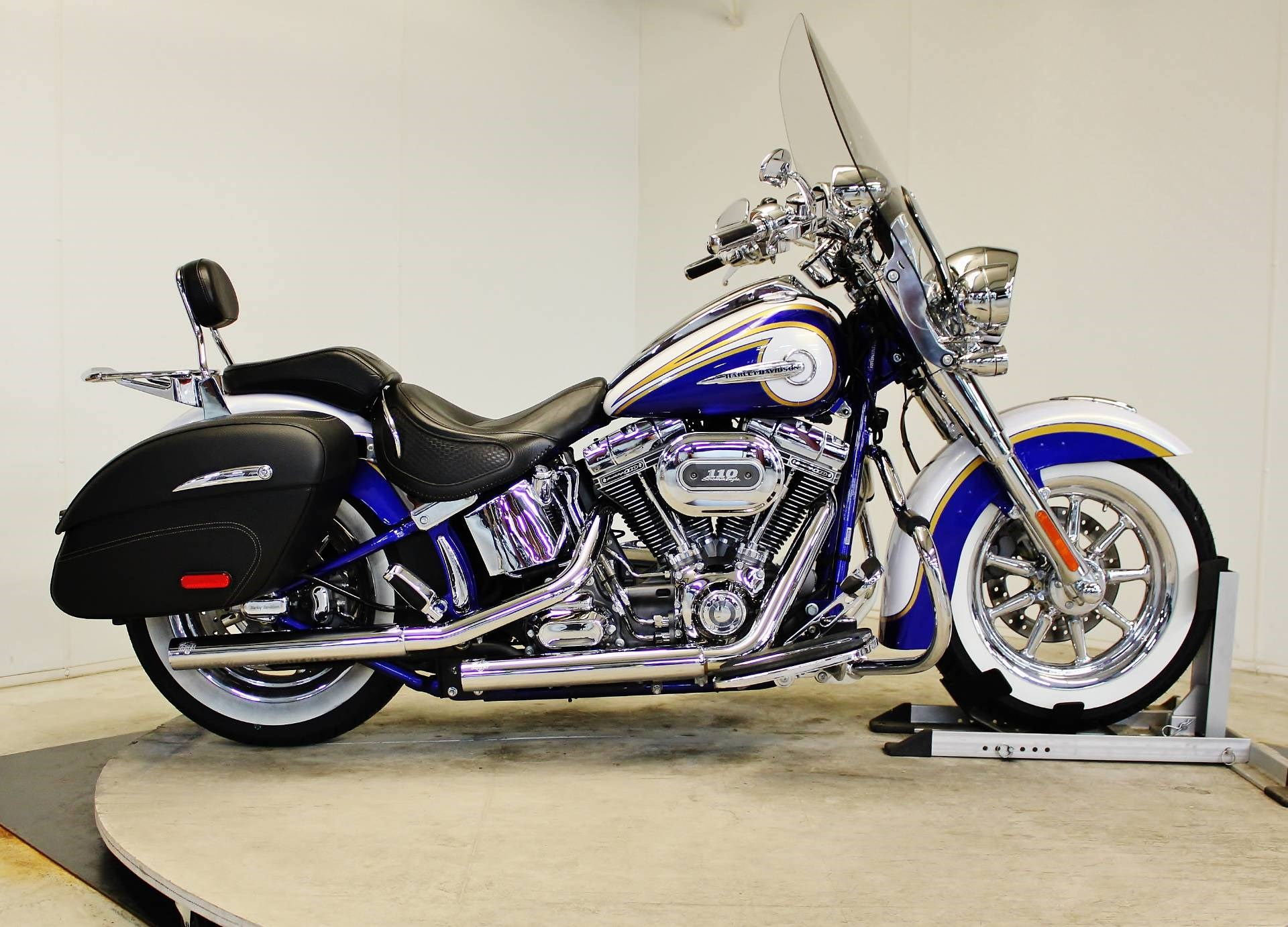2014 harley davidson flstn softail deluxe candy cobalt white gold pearl with airflow. Black Bedroom Furniture Sets. Home Design Ideas